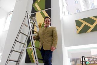 """Galerist Felix Höller in seinem Element: Beim """"Letzten-Schliff-Anlegen""""- der ausgestellten Kunstwerke"""