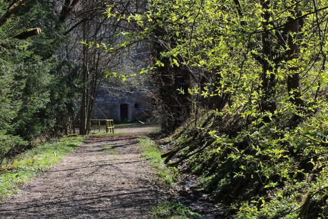 Der Frühling verschönt schon den Zugang zu diesem, ehemaligem *Märchenschloss*.