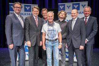 """Aufsichtsratsvorsitzender Walter Übelacker (ganz links), die Vorstände Rainer Kuhnle, Dietmar Steindl und Franz Riegler mit dem """"Klaus Eberhartinger Trio Unplugged""""."""