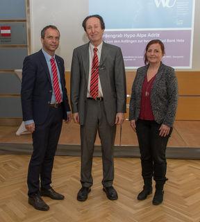 Wirtschaftsuni-Professor Josef Aff in Kirchdorf bei HAK und HLW-Schülern. Links: Siegfried Pramhas von der WKOÖ Kirchdorf