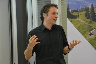 Projektleiter Bernhard Weicht vom Institut für Soziologie an der Universität Innsbruck präsentierte die Kinderbetreuungsstudie in Kufstein.