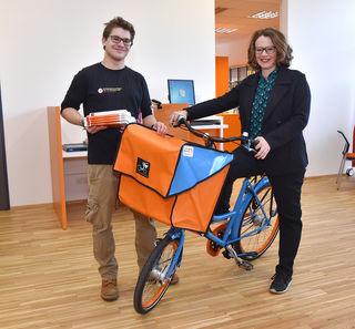 Stadträtin Eva Schobesberger und Sebastian Bornemann von der ÖH zeigen sich vom Lastenfahrrad begeistert.