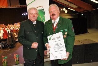LH Hermann Schützenhöfer überreichte Bezirksobmann a.D. Norbert Arbesleitner eine der höchsten Auszeichnungen des Blasmusikverbandes Steiermark.