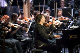 Der Tasten-Akrobat Sandy Lopičić mit dem Grazer Philharmonischem Orchester. Foto: Werner Kmetitsch