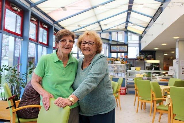 """Edith Popp (li.) unterstützt seit 33 Jahren im Haus Schmelz alle, die ihre Hilfe brauchen. Für Bewohnerin Henriette Maier ist sie """"ein richtiger Engel"""""""