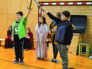 Spannende Aufführung mit Kindern der ersten und zweiten Klassen im Turnsaal der NMS Pischelsdorf.