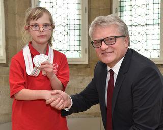 Am Dienstag, 4. April 2017, besuchte die neunjährige Dana Stiftinger Bürgermeister Klaus Luger im Rathaus. Die junge Linzerin gewann bei den Special Olympics 2017 in Schladming die Silbermedaille in der Disziplin Eiskunstlauf für Damen.