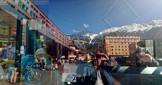 Blick in die Frontscheibe eines Busses vorm Innsbrucker Hauptbahnhof.