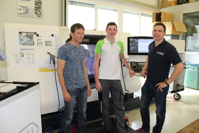 Christoph Zelenka, Geschäftsführer des ABZ Braunau, World-Skills-Teilnehmer Marco Kern, und Betreuer Dieter Geisberger.