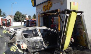 Nach dem Zusammenstoß mit einer Telefonzelle brannte das Fahrzeug komplett aus.