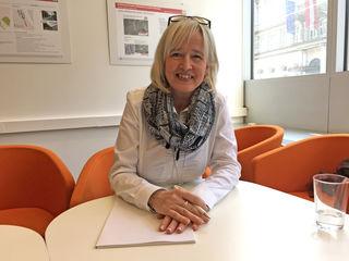 In ihrem Dialogbüro: Ombudsfrau Karin Oppeker ist beim neuen Althan Quartier für die Anliegen der Bürger zuständig.