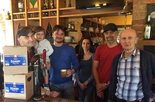 """Das """"Scampi"""" von Simon Kulovics (links) und Mario Kulovics (2. von rechts) ist das erste Lokal, in dem das neue Bier von Patrick Krammer (2. von links) ausgeschenkt wird."""