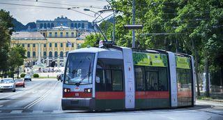 Dieses Bild gehört ab September der Vergangenheit an: Eine ULF-Straßenbahn der Linie 58 im Bereich Schönbrunn.