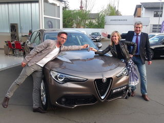 Schlüsselerlebnis für Nadja Bernhard im Autohaus Vogl & Co in Leibnitz: Bei Geschäftsstellenleiter Norbert Jamnik (re.) und Verkaufsberater Markus Fuka (li.) holte sich die ZiB-Lady ihren neuen Alfa Romeo Stelvio Super ab