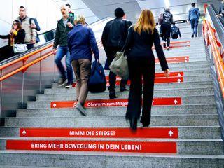 Bring mehr Bewegung in dein Leben: Mit diesen und ähnlichen Aufklebern sollen Menschen zum Treppensteigen motiviert werden.