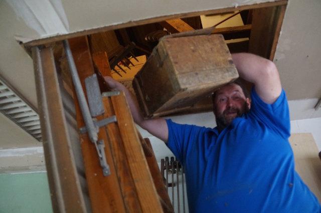 Schweiger holt eine Truhe vom Dachboden.