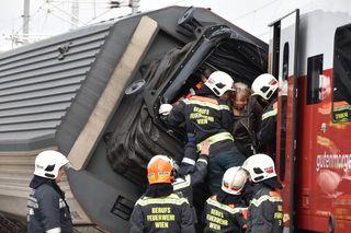 Die Feuerwehr musste 47 Personen aus den umgekippten Zugwaggons retten.
