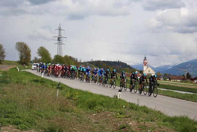 """Das Hauptfeld der """"Tour of the Alps"""" auf der Dörferstraße auf dem Weg von Absam nach Thaur."""