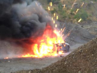 Explosiv: Ein Auto wurde mit Pyrotechnik beladen. Feuerwerkskörper lassen sich kaum löschen.