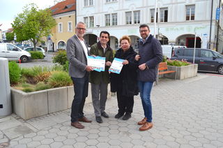 Bauamtsleiter Wolfgang Schenk, Bürgermeister Christian Gepp, Vizebürgermeisterin Helene Fuchs-Moser und Stadtrat Martin Peterl touren durch die Stadt.
