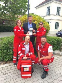 Tamara Kopp, Richard Chytil, Bernhard Ebner, Verena Frank und Cristof Vavra mit dem neuen, mobilen Lebensretter.