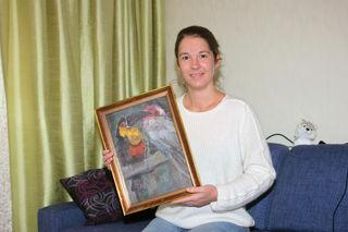 Elisabeth Gerstl mit einem der zwei Bilder, welche angeblich ein bekannter Hofmaler des Schlosses Schönbrunn geschaffen hat.