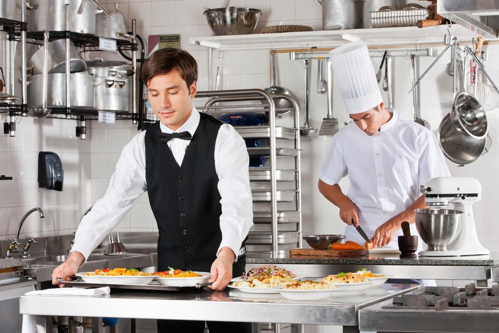 """Qualifizierte Mitarbeiter sind in der Gastronomie Mangelware – Wirte bieten viele """"Zuckerl"""" für Bewerber."""
