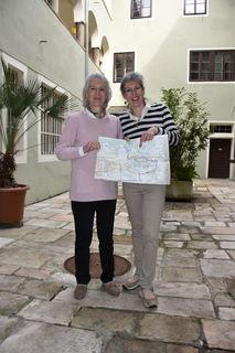 Lisl (re.) und Daniela Müller retten seit 23 Jahren Frösche