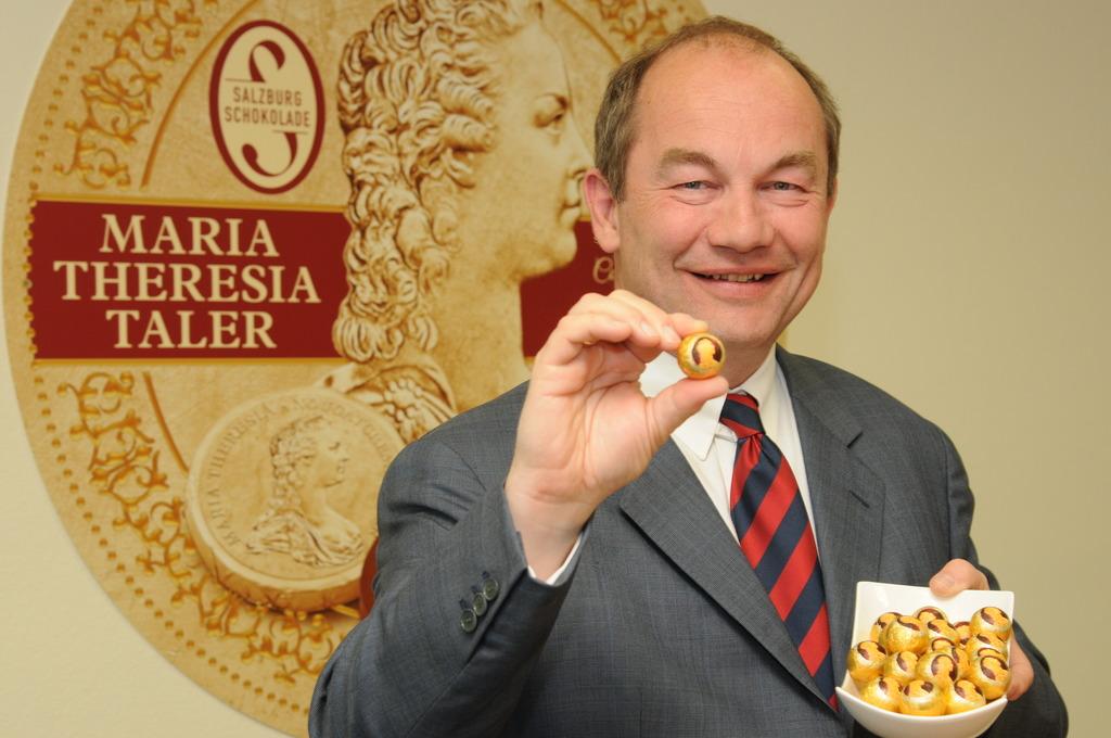 Salzburg Schokolade-Geschäftsführer Christian Schügerl mit der neu kreierten Maria Theresia Kugel