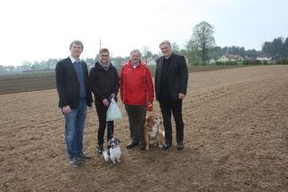 Die Vierbeiner Rufus und Wanda mit den Zweibeinern Bürgermeister Bernhard Hirczy, Waltraud Hirtenfelder, Edmund Potetz und Stadtrat Robert Necker (von links).