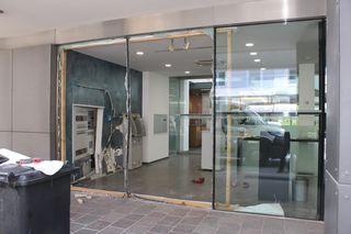 Das Loch unmittelbar neben der Eingangstüre, das Auto zerstörte die Glasfassade.