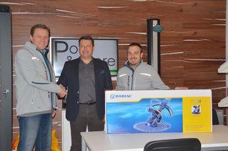 Die Pool & more-Chefs Reiner Kreuzwegerer und Stefan Schneps übergaben den Poolreiniger an den Gewinner Andreas Friehs.