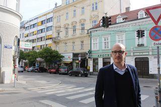 Walter Hatzenbichler an der Kreuzung Gatterburggasse/ Döblinger Hauptstraße: Fußgängerampeln sollen hier mehr Sicherheit für Kinder bringen.