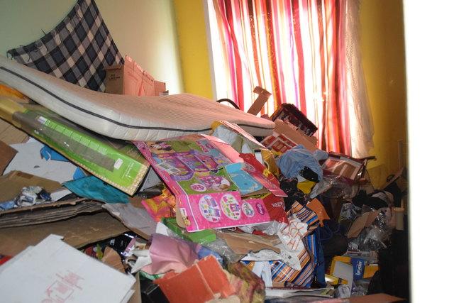 Vermutlich war dies einmal ein Kinderzimmer. Der Müll stapelt sich bis knapp unter die Decke.