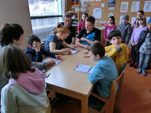 Die Kinder der VS Sillian schauen interessiert zu, wie Sarah, Aaron, Birgit, Mario, Matteo und Gabriel in der Sachunterrichtsstunde den Schmetterling besprechen