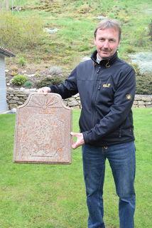 Diese Reliefplatte diente wohl als Untersetzer für einen Ofen.