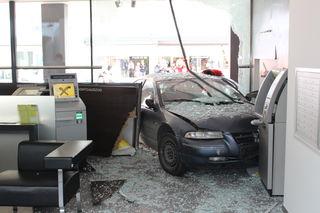 Plötzlich stand das Auto im Foyer der Bank.