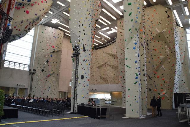 Beeindruckend groß ist die neue Kletterhalle: Besonders, wenn man sie mit der bisherigen im Tivoli vergleicht, bleibt einem der Mund offen.