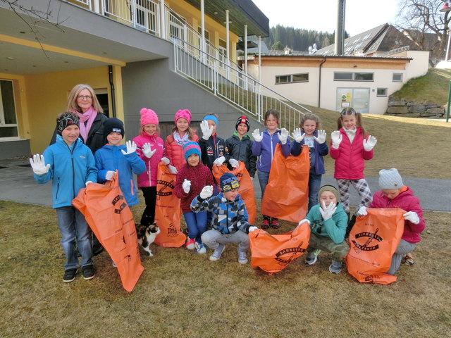 Volksschüler aus Sankt Margarthen im Lungau mit Mülltüten.