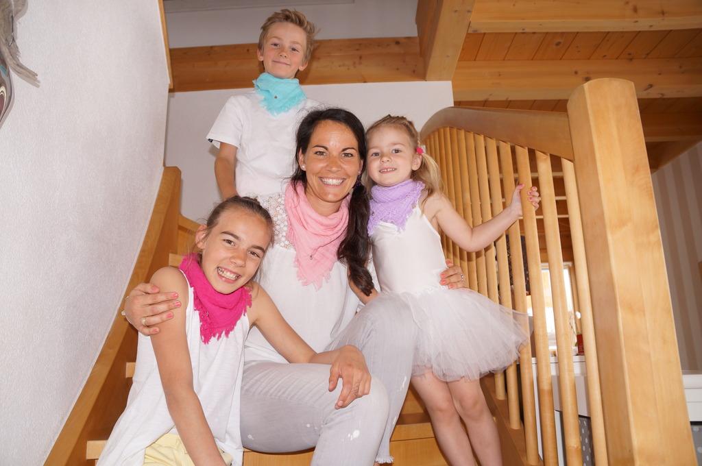 """Tamara Reiter, die Designerin von """"Marienkind"""", mit ihren drei Kindern Sarah (li.), Florian und Louisa."""