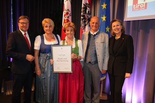 IBK-Land: 70 Jahre: Ragg GmbH, Tiroler Landeswappen und Frau Mussmann trägt Ehrenzeichen, in Hall