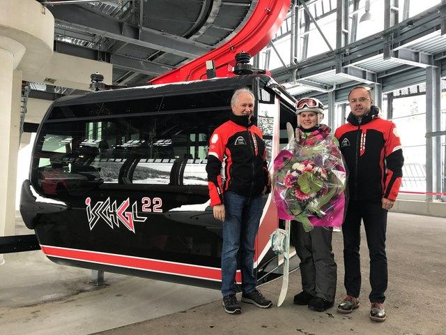Die Vorstände der Silvrettaseilbahn AG Mag. Hannes Parth (li.) und DI (FH) Markus Walser begrüßten Frau Cindy Dürr als Zwei-Millionsten Gast im Winter 2016/17.