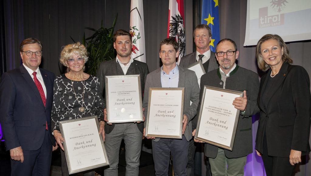 LH Günther Platter und Wirtschaftslandesrätin Patrizia Zoller-Frischauf mit den Vertreterinnen der fünf Traditionsbetriebe aus dem Bezirk Lienz.