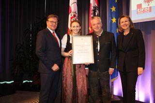 SCHWAZ: 50 Jahre: Schilift-Zentrum Gerlos GmbH, setzt neue Qualitätsstandards, Prokurist Hubert Stöckl und Frau Haas