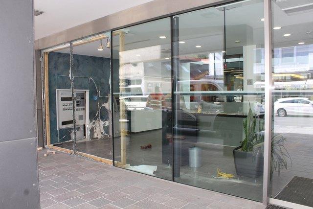 Die Glasfassade neben des Eingangsbereichs ist kaputt.
