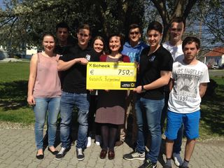 750 Euro konnte Krebshilfe-Geschäftsführerin Andrea Konrath (Mitte) in Empfang nehmen.