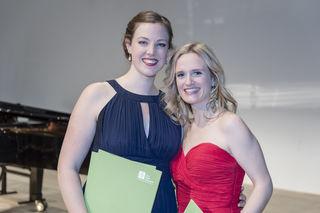 Julia Grüter (l.) und Ilia Vierlinger, die zwei Preisträgerinnen des Operettenwettbewerbs, sind gemeinsam mit anderen Sängern bei der Muttertags-Matinee zu hören.