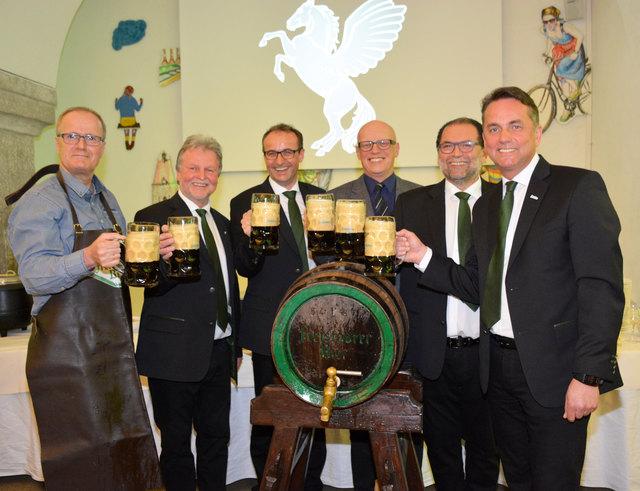 Angeschlagen wurde das Fass von Vizebürgermeister Christian Gratzl (links) – verkostet wurde in der Gruppe.