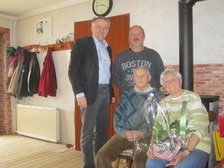 Rosa und Willibald Harrer mit Bürgermeister Lehner und Ortsvorsteher Muth.