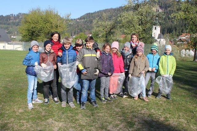 Engagiert: Lehrerin Martina Altorff und Vize-Bürgermeisterin Nina Gaugg mit den Schülern der Volksschule Launsdorf
